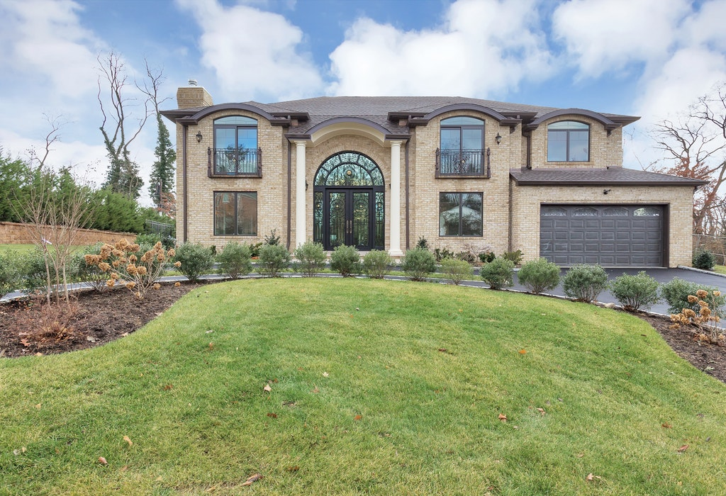 Just Listed!  Impeccable New Construction on oversized property in Roslyn Country Club
